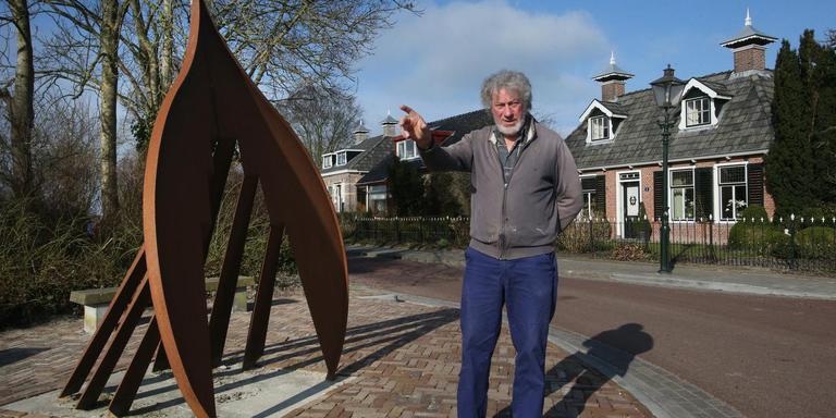 Marten Kuiphoff in maart bij De Sipel, het kunstwerk dat voor zijn deur staat en dat hij verplaatst wil zien FOTO NIELS WESTRA