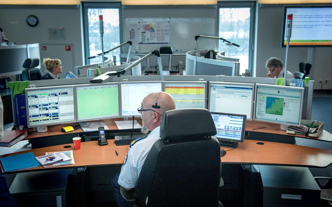 De meldkamer Noord-Nederland in Drachten. De centralisten hebben veel werk van ouderen die onnodig 112 bellen. FOTO JILMER POSTMA