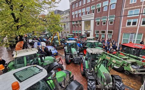 Het boerenprotest bij het Provinsjehûs in Leeuwarden trok vorig jaar honderden boeren. FOTO ANP