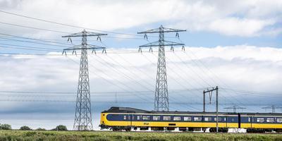 NS-trein in het Friese landschap.