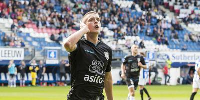 Heracles-speler Kristoffer Peterson scoort in en tegen Heerenveen, eerder deze maand. Op de achtergrond zijn de lege plekken in het stadion goed zichtbaar. FOTO ANP