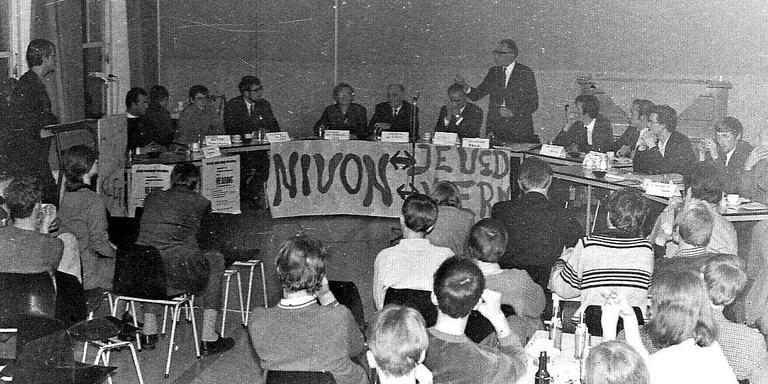 Een Nivon-forum over jongerenproblematiek in 1969. Links van de staande spreker in het midden zit burgemeester Boelens van Weststellingwerf. FOTO'S ARCHIEF NIVON JONGEREN WOLVEGA