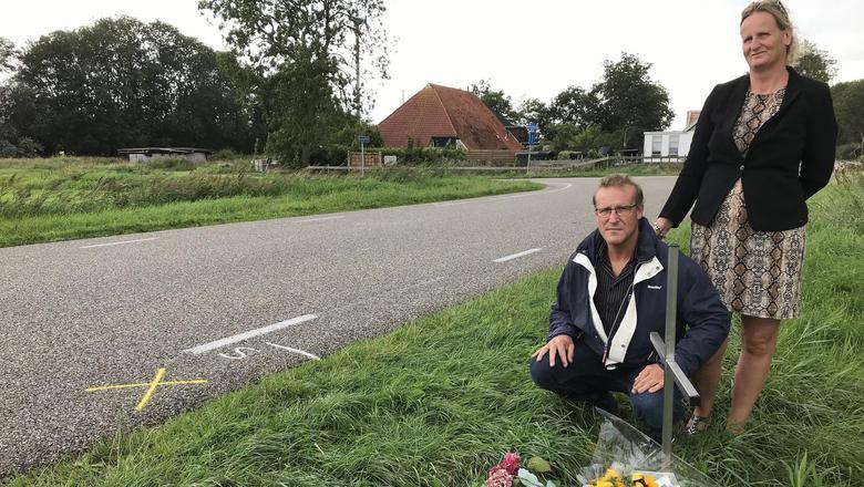 Het gedenkteken is diezelfde woensdag nog door Marcel en Daniëlle Dikkerboom geplaatst. Als waarschuwing. FOTO LC
