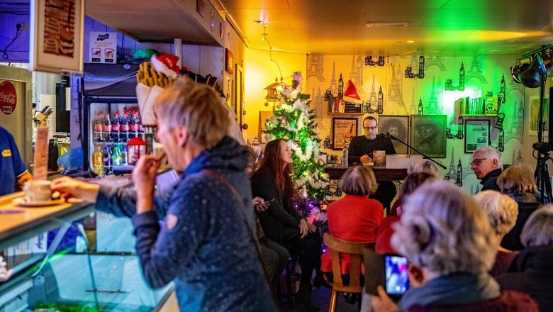 Publicist Hugo Borst leest voor uit eigen werk in De Jong's Cafetaria in Beetsterzwaag. 'Literaire Snacks' was een van de activiteiten in het kader van Culturele Hoofdstraat Beetsterzwaag waarmee het dorp inhaakte op Culturele Hoofdstad. FOTO NIELS DE VRIES