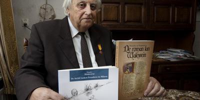 Klaas Bruinsma in 2010 met twee boeken die hij uit het Grieks en Midden-Nederlands vertaalde naar het Fries. FOTO ARCHIEF LC