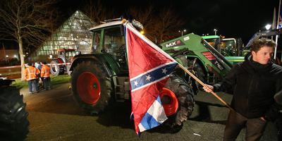 Eem boer zwaait bij het Wetterskip met de Confederate Flag .