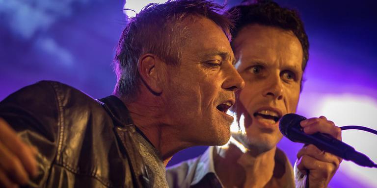 Zanger Tjerk Bootsma (Reboelje) en Nyk de Vries (The Amp, rechts) brengen een ode aan de dit jaar overleden gitarist van Reboelje, Tiede Lanting.