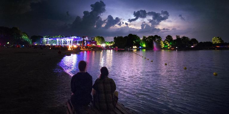 Blik op het festivalterrein van Psy-fi waar een onweersbui nadert. FOTO MARCEL VAN KAMMEN