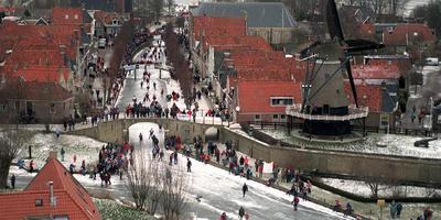 De toerrijders, komend vanaf de Sleattemermar, een rondje Sloten tijdens de Elfstedentocht in 1997. FOTO ARCHIEF LC