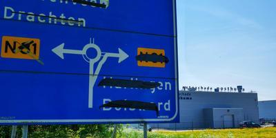 Het bedrijf Posthuma Autoschade vreest enorme schade te lijden door afsluiting van de Algraweg. FOTO LC/ARODI BUITENWERF