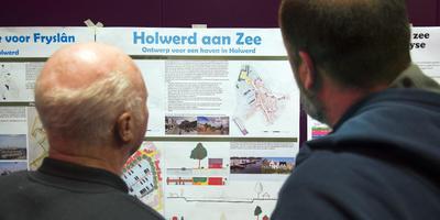 Holwerders bekijken de studentenplannen voor Holwerd aan Zee. FOTO MARCEL VAN KAMMEN