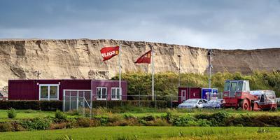 De zandwinput bij Oudehaske was ooit eigendom van de Jouster aannemer DVJ. Tegenwoordig wappert er de vlag van Solid, een ander bedrijf van DVJ-directeur Alexander van der Goot. FOTO NIELS DE VRIES