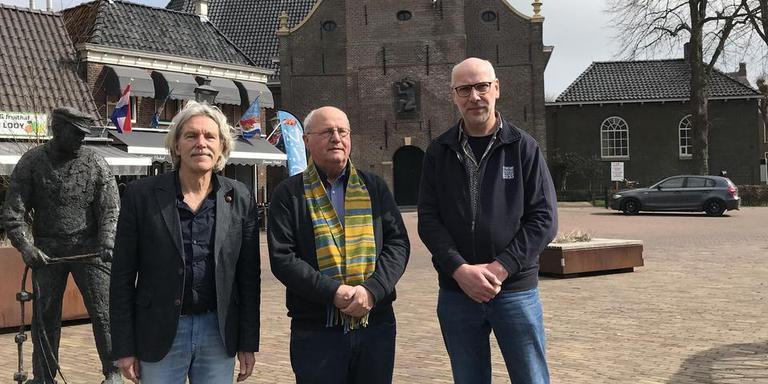 Dichter Job Degenaar, projectinitiator Jan pranger en componist/dirigent Feike van Tuinen (v.l.n.r.) met de Lemster toer en de fiskerman.