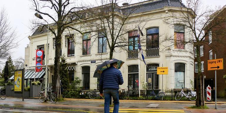 Het historische kraakpand tegenover het Leeuwarder NS-station krijgt een nieuwe bewoner. Restaurant Loetje opent er eind 2018. FOTO LC/ARODI BUITENWERF