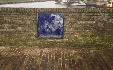 Het tableau in Workum dat herinnert aan Hendrik Pruyt. FOTO FRITS BOERSMA