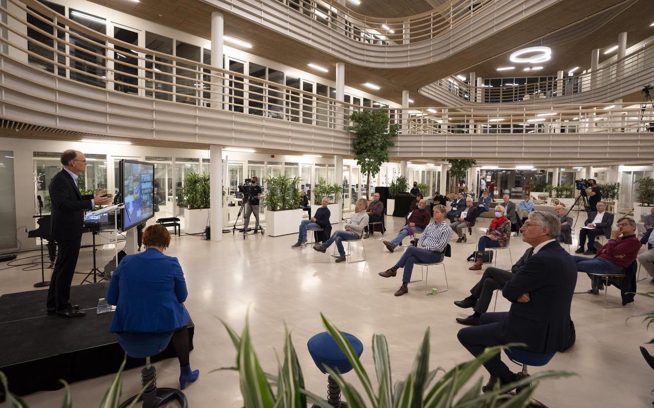 Wetenschappelijk directeur Cees Buisman van watertechnologie-instituut Wetsus in Leeuwarden spreekt in eigen huis op een avond van Het Goede Leven en de Bonifatius Academie.