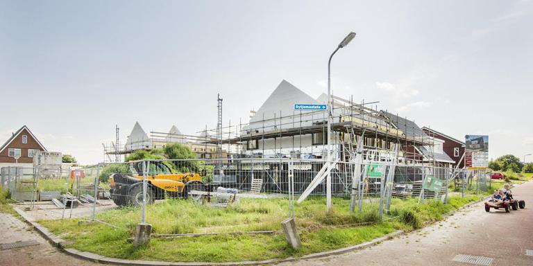 Vorig jaar werd in Kollumerzwaag nieuwbouw gepleegd. Als het aan gedeputeerde staten ligt wordt dit een zeldzaam beeld. FOTO MARCEL VAN KAMMEN