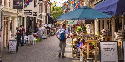 Een toerist wandelt door de Kleine Kerkstraat in Leeuwarden. Friesland is volgens Lonely Planet een van de drie meest ondergewaardeerde bestemmingen van Europa. FOTO HOGE NOORDEN/JACOB VAN ESSEN