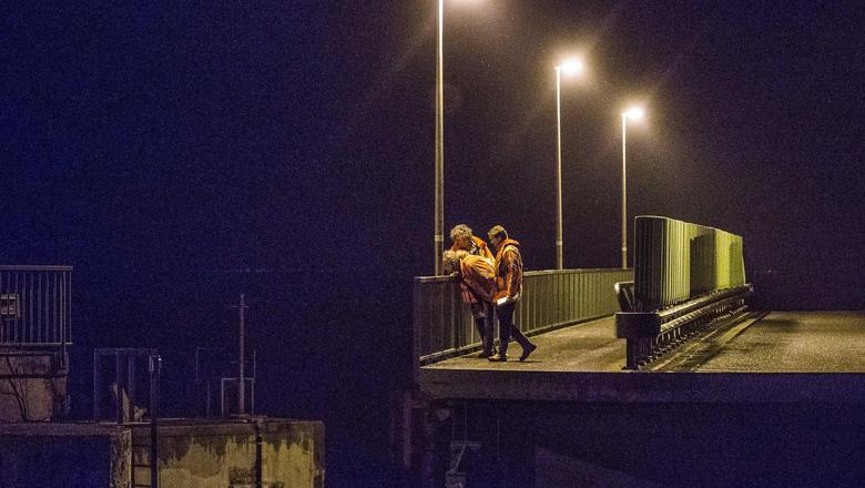 Medewerkers van Rijkswaterstaat testten in de nacht van maandag op dinsdag een van de twee draaibruggen in de Afsluitdijk bij Kornwerderzand. FOTO ANP