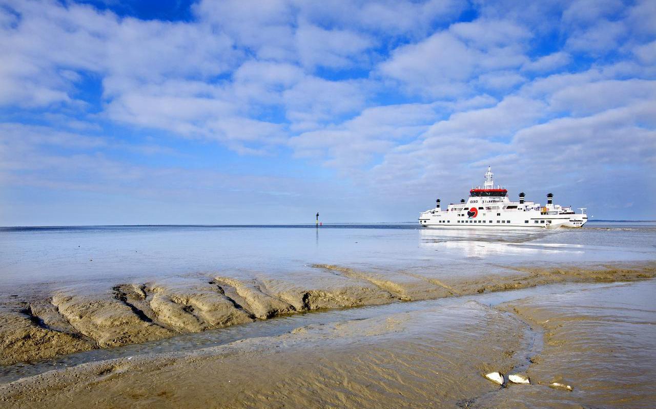 De veerboot van Ameland, gezien vanaf de pier bij Holwerd.