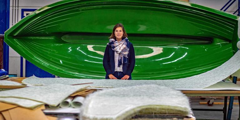 Directeur Eva Meijer van Hoover Watersport voor de mal waarin de elektrische polyester sloep Pura Vida wordt gebouwd. FOTO NIELS DE VRIES