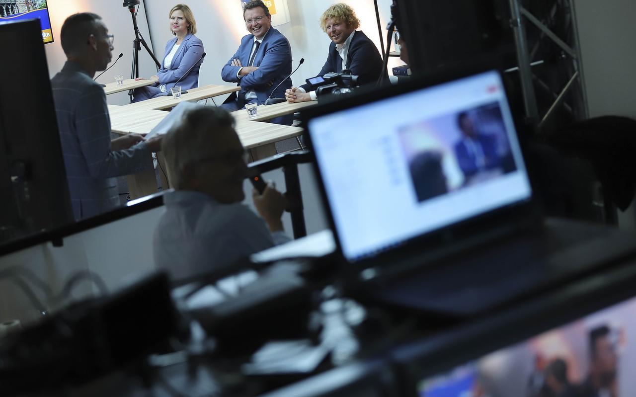 Minister Cora van Nieuwenhuizen, Jouke de Vries en Ben Woldring in Sneek tijdens de digitale aftrap van het verenigingsjaar van VNO-NCW. Cabaretier Dolf Jansen zorgde voor de vrolijke noot.