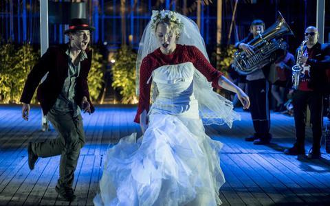 De muziektheatervoorstelling Lost in the greenhouse beleefde in april zijn première in het bijzondere decor van de kassen van Sexbierum. FOTO ORKATER