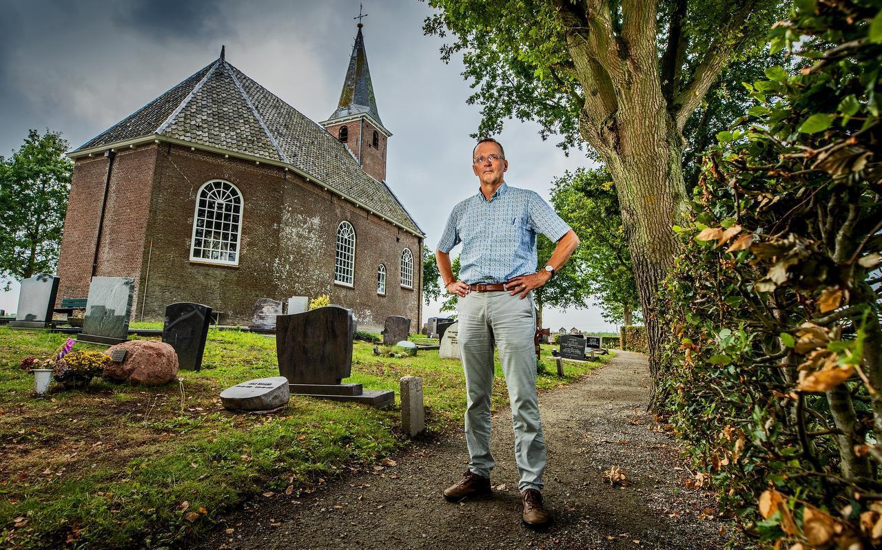Professor Hans Mol voor de kerk in Haskerdijken die gebouwd is op de fundamenten van de vroegere kloosterkerk.