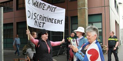 Voor de rechtbank stonden enkele medestanders van de verdachten met spandoeken en Friese vlaggen. FOTO KAPPERS MEDIA