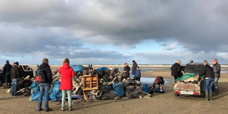 Op Terschelling waren donderdag in totaal zo'n vierhonderd mensen druk in de weer om de stranden op te ruimen. FOTO MINKE SCHAT/DPA
