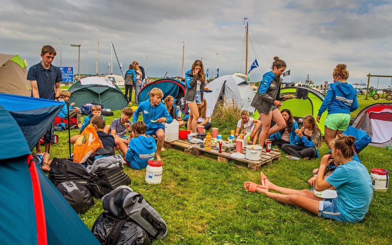 Leden van watersportvereniging Braassemermeer vermaken zich prima op het Starteiland.