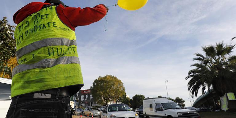 Protest van de Gele hesjes bij de Franse stad Antibes. Zaterdag zijn er ook protesten in Leeuwarden gepland. EPA/SEBASTIEN NOGIER