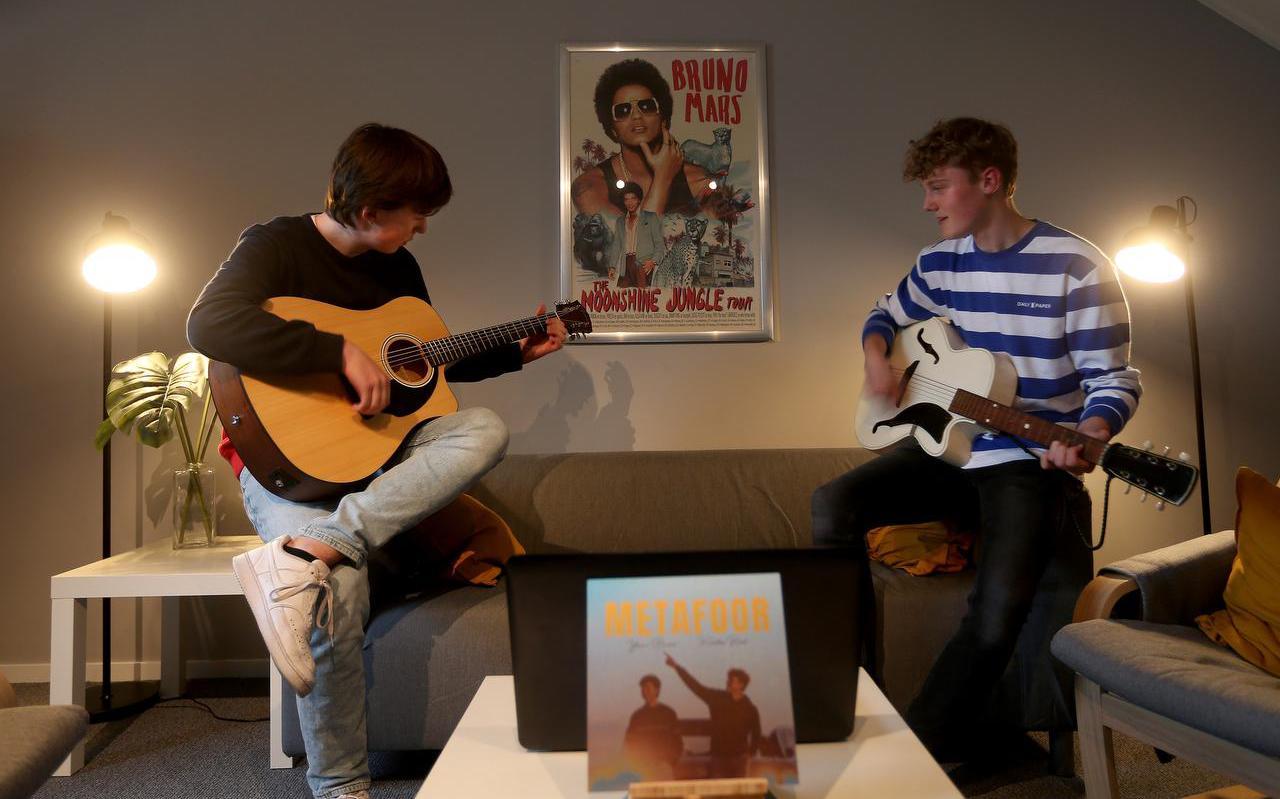 Kristan Rick en Youri Bruno in hun muziekstudio. Ze maakten van de lockdown gebruik om muziek te maken.