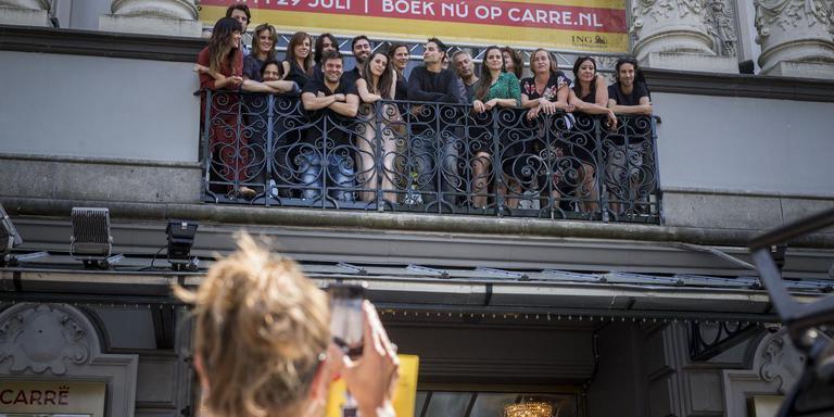 De cast van 'Het Pauperparadijs' op het balkon van Carré. FOTO RINK HOF