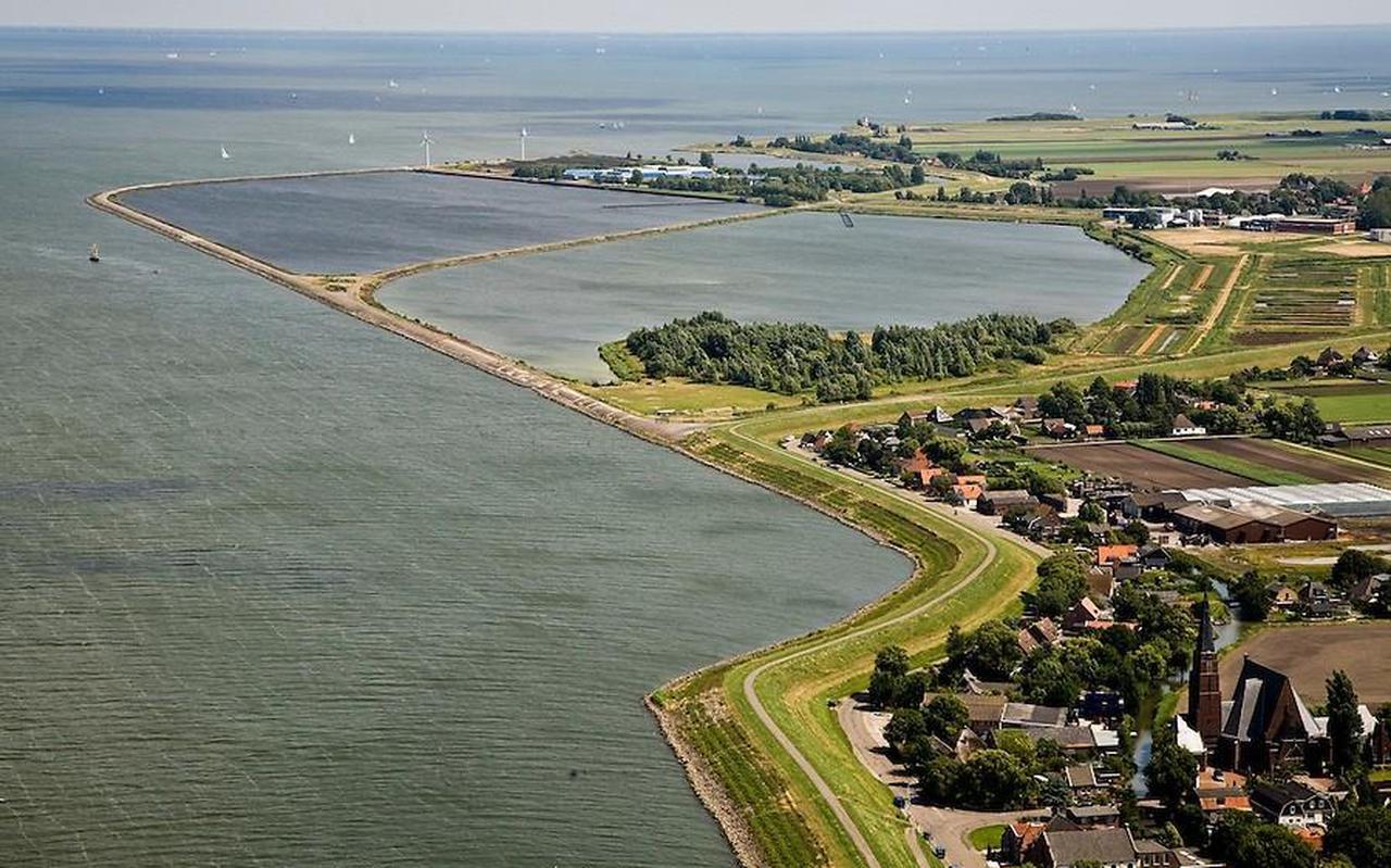 Spaarbekkens met ongezuiverd water voor de kust van Andijk. Spaarbekkens worden gebruikt voor de productie van drinkwater. FOTO PWN/SIEBE SWART