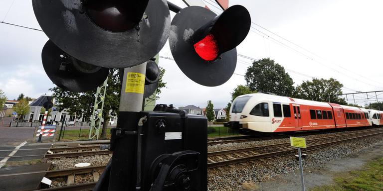 Een Arriva-trein passeert de spoorwegovergang in de Jousterweg te Heerenveen. Het bedrijf heeft wel oren naar de sprinterdienst tussen Leeuwarden en Groningen naar Zwolle na 2024. FOTO NOORDOOST/ALEX D HAAN