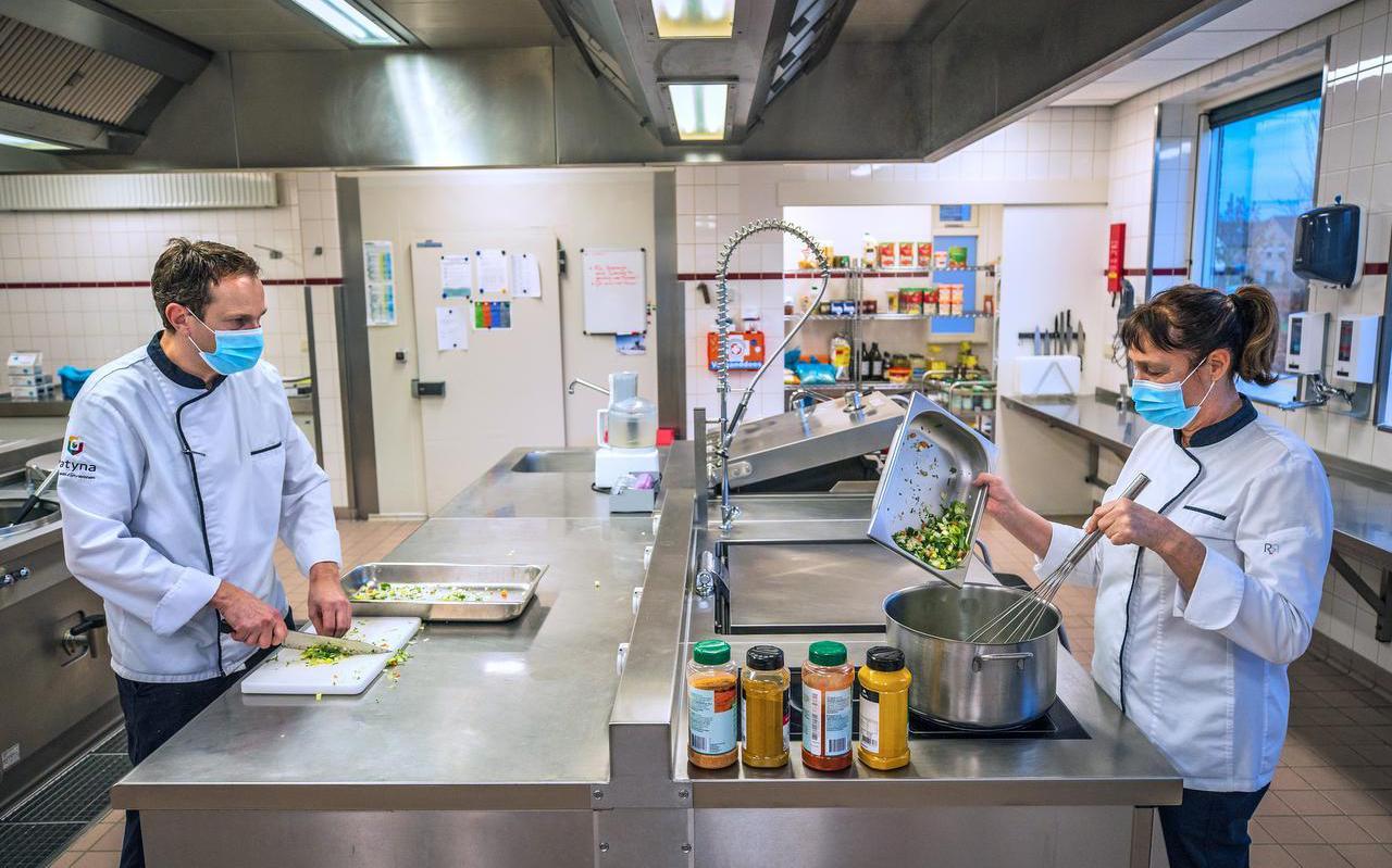 Freddy Kelderhuis en Tineke de Vries zijn druk in de weer in de keuken van de locatie Bloemkamp in Bolsward.