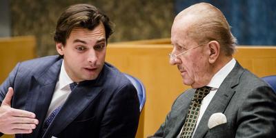 Thierry Baudet en Theo Hiddema, eind januari in de Tweede Kamer tijdens het debat over een versoepeling van het kinderpardon.
