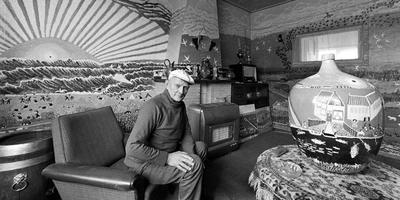 Ruurd Wiersma in 1977 in zijn beschilderde woonkamer. FOTO ARCHIEF LC