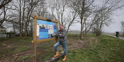 Jan Willem Tuininga op de plek waar het theehuis moet komen. FOTO LC