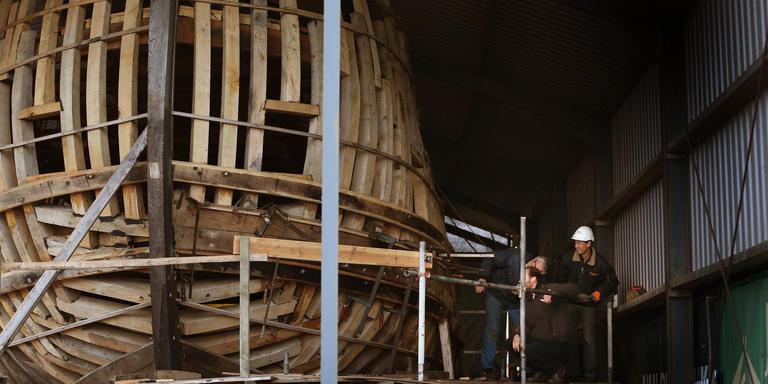 Vrijwilligers bouwen aan expeditieschip Willem Barentsz in Harlingen. FOTO CATRINUS VAN DER VEEN