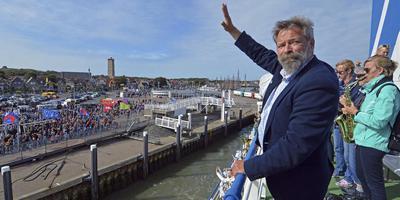 Nog een laatste groet naar de mensen op de kade en Joop Mulder vertrok. Korte tijd llater werd hij met een reddingboot weer van boot gehaald en teruggebracht, zodat hij van Oerol niets hoefde te missen. FOTO JAN HEUFF