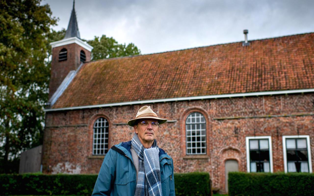 Dr. Hans Mol van de Fryske Akademy bij de Hervormde Kerk van Gerkesklooster wat vroeger een klooster was.