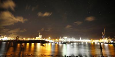Harlingen bij nacht. Als de zandplaten van de Waddenzee ooit onder water verdwijnen als gevolg van de versnelde zeespiegelstijging krijgt de havenstad het zwaarder te verduren. FOTO CATRINUS VAN DER VEEN