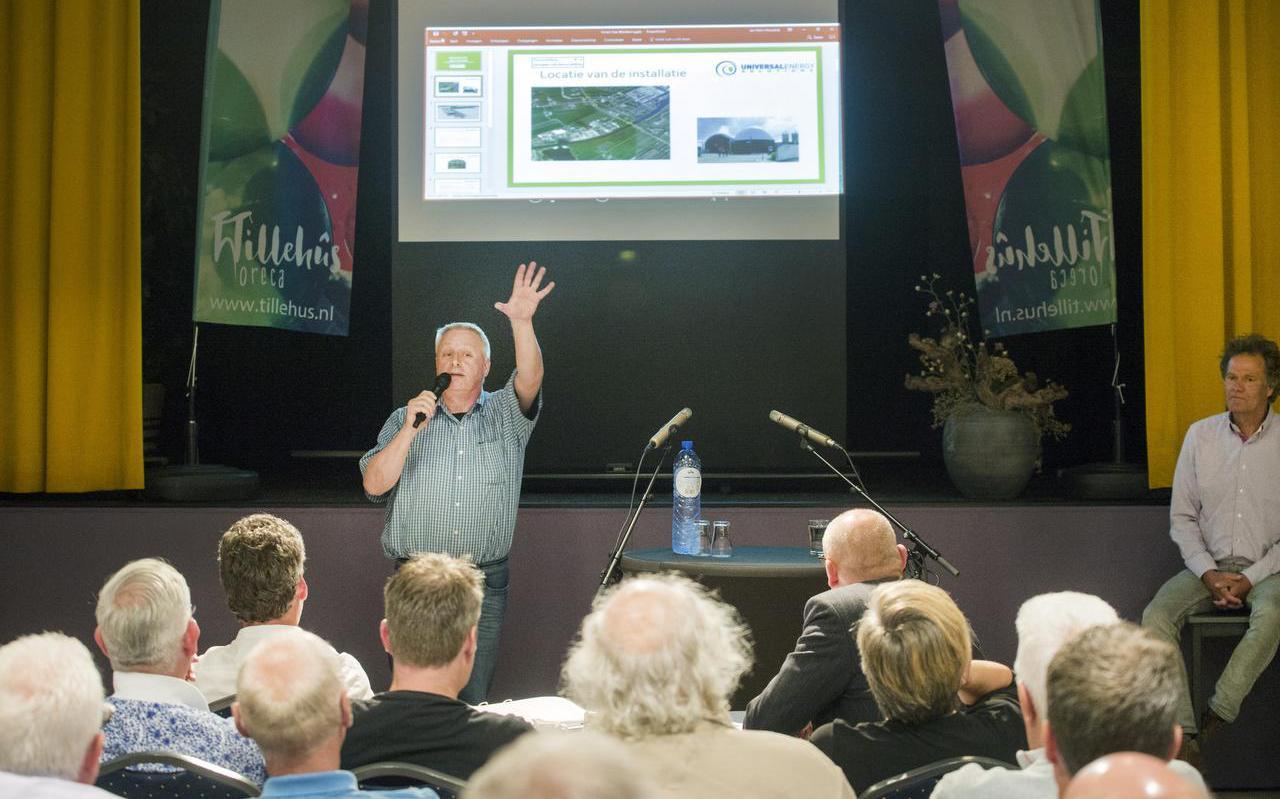 Piet van der Hoop legt zijn plannen voor de bouw van een biovergister uit in Kootstertille. Zijn plannen stuitten op veel protest. FOTO MARCEL VAN KAMMEN