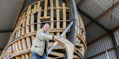Voorzitter Paul Meijeraan van Stichting Expeditieschip Willem Barentsz bij de replica in opbouw. ARCHIEFFOTO LC/Arodi Buitenwerf