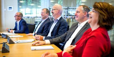 De wethouders van Smallingerland. Van links naar rechts: Robert Bakker, Roel Haverkort, Piet de Ruiter, Eric Ter Keurs en Marjan Sijperda. FOTO JILMER POSTMA
