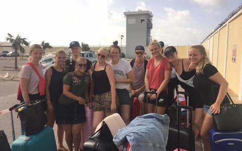 De groep studenten op het vliegveld van Sint Maarten, toen ze hun koffers nog hadden. Edna Covic uit Beetsterzwaag staat in het midden met het witte T-shirt met het opschrift Colorado.