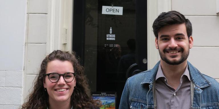 Samantha Sint Nicolaas en Manuel Llano voor het Utregts Wijnhuis: het pand waar Anna Maria van Schurman woonde toen ze in Utrecht studeerde. EIGEN FOTO