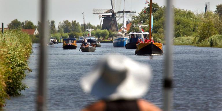 Een Overijssels botenkonvooi op stroom, spier- en windkracht onderweg naar de Marchjepôlle. FOTO SIMON BLEEKER